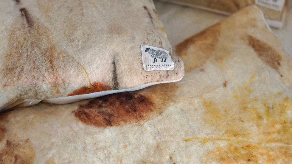 almofada com capa e forro de lã agroecológica - com ecoprint