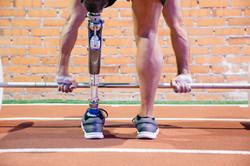 Mann mit amputiertem anhebendem Gewicht