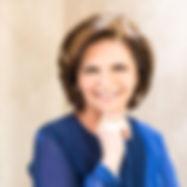 Marlise Dumke, fundadora do atelier, Marlise Dumke dedica todo seu amor à profissão há mais de 30 anos. Especializada em alta costura, presta consultoria e assessoria de estilo, ajudando a cliente na tarefa de escolher o melhor modelo para seu biotipo e personalidade.