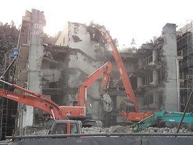 飯岡工業(株)は、建物解体工事、土木工事、建築工事をしています。