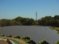 飯岡工業(株)は東日本大震災時に停電や物流がストップしたこと、ガソリン等の燃料が不足したことで、エネルギーの重要性を再確認し、今後は再生可能エネルギーの使用普及に向けて発信すべきと考え、発電事業を始めました。現在は、本社のある小野町と田村市に太陽光発電所があります。田村市にある田村西部太陽光発電所は、平成25年に運転開始し発電能力は650kWあり、一般家庭約150世帯が年間に消費する電力量を発電します。