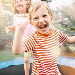 Kinder springen auf Trampolin