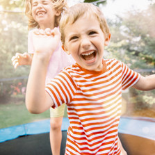 Børn hoppe på trampolin