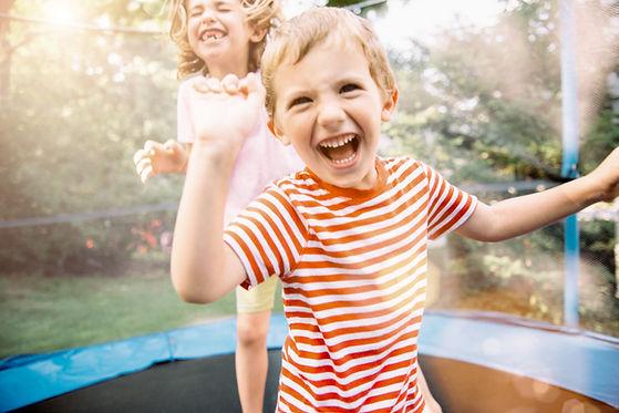 Enfants sautant sur un trampoline