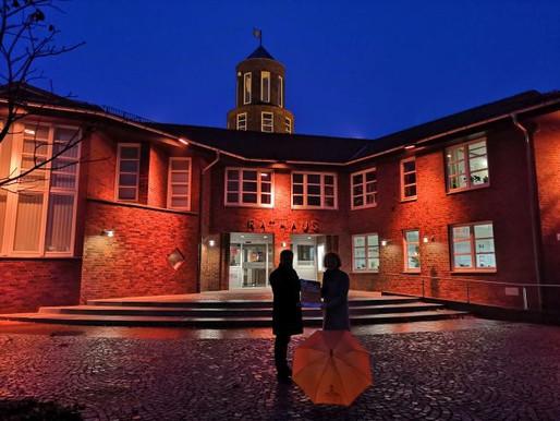 Rathaus leuchtet orange - Visbek setzt Zeichen gegen Gewalt an Frauen