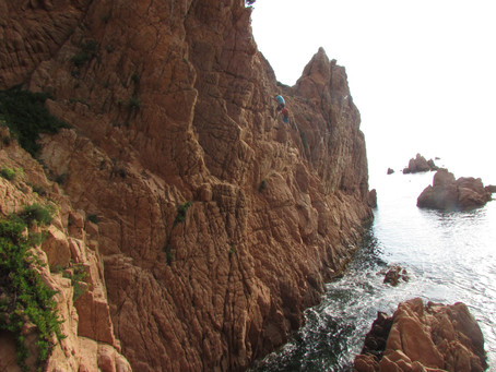 La Cala del Molí, una via ferrada sobre el mar