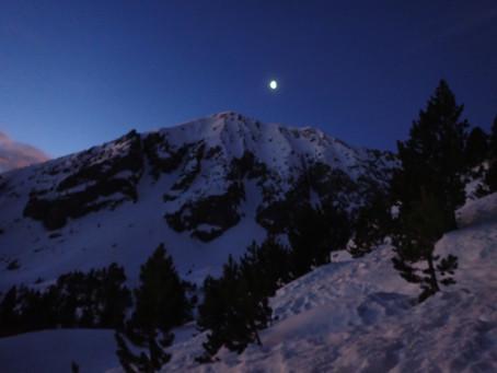 Amb raquetes de neu a la llum de la lluna plena per Ulldeter