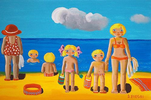 La famiglia si gode la spiaggia poco affollata
