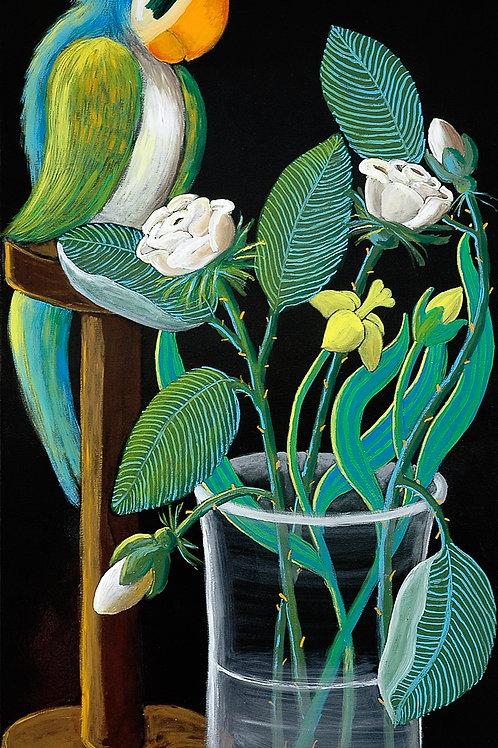 Pappagallo su piedistallo e vaso di fiori