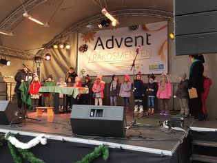 Adventi ünnepségen vettek részt a Fő téren, Maci és Nyuszi csoportos óvodásaink.