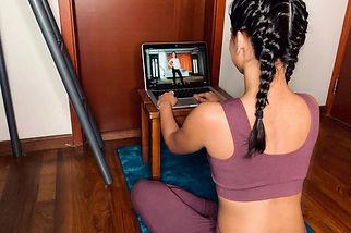 パソコンで動画を観る女性