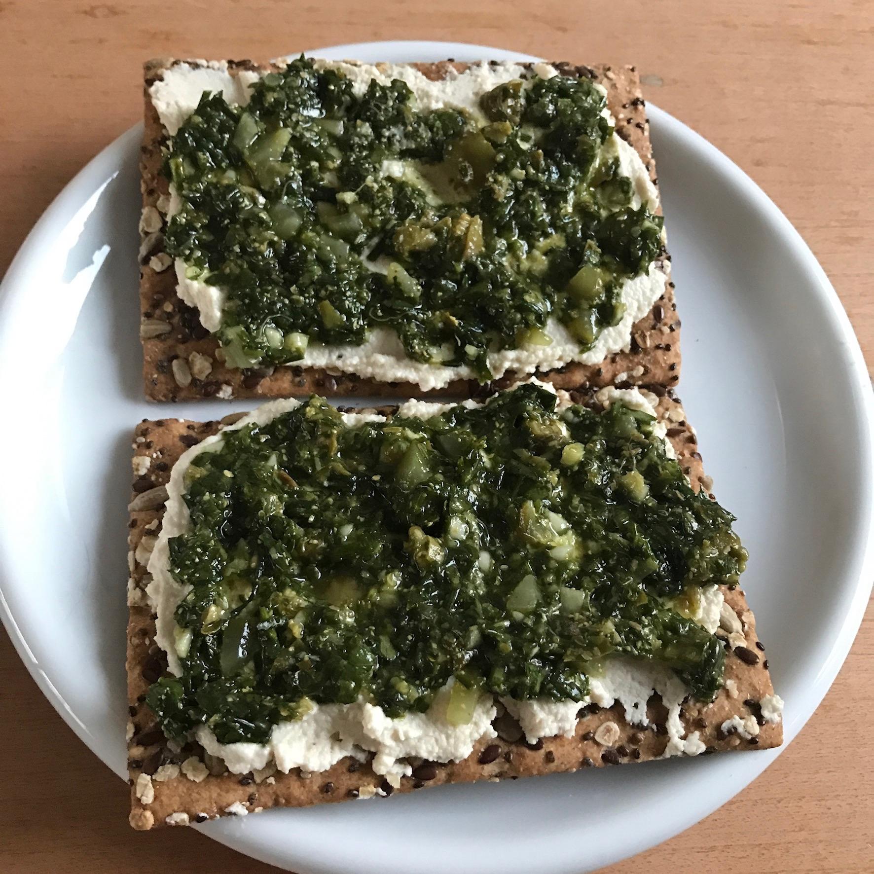 lekker op toast met salsa verde