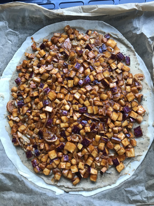 verdeel de auberginespekjes en sjalot over de crème