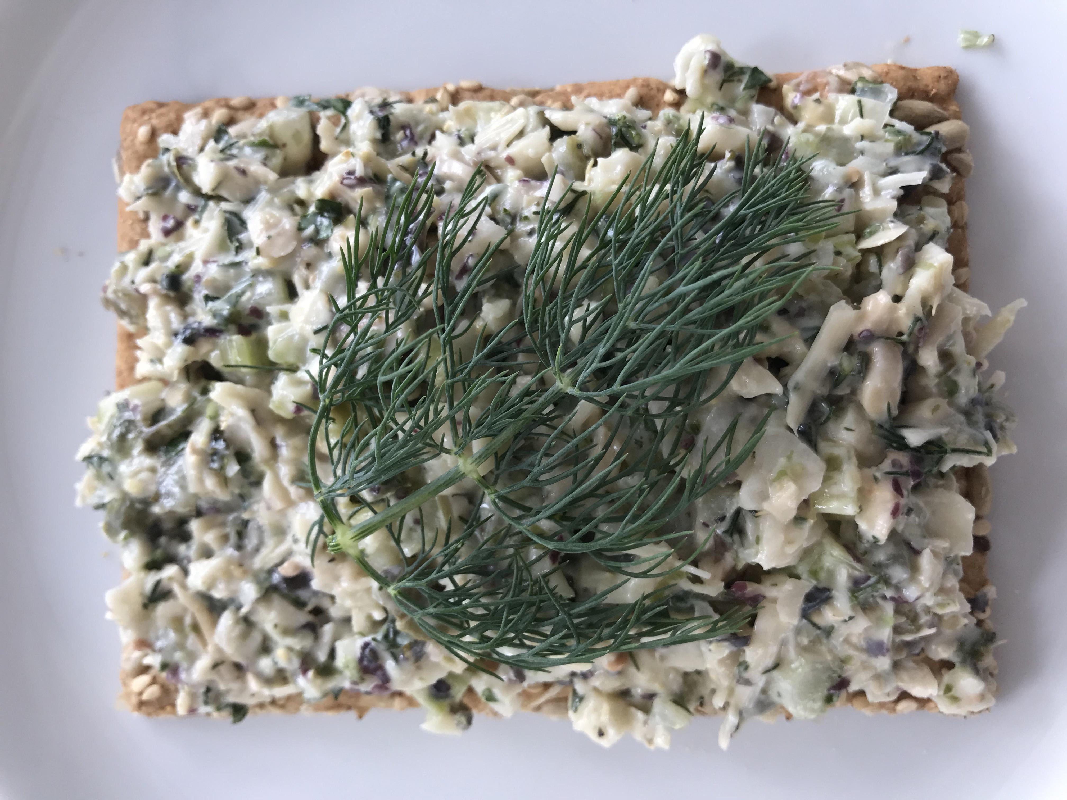 lekker fris op toast of brood met een plukje dille
