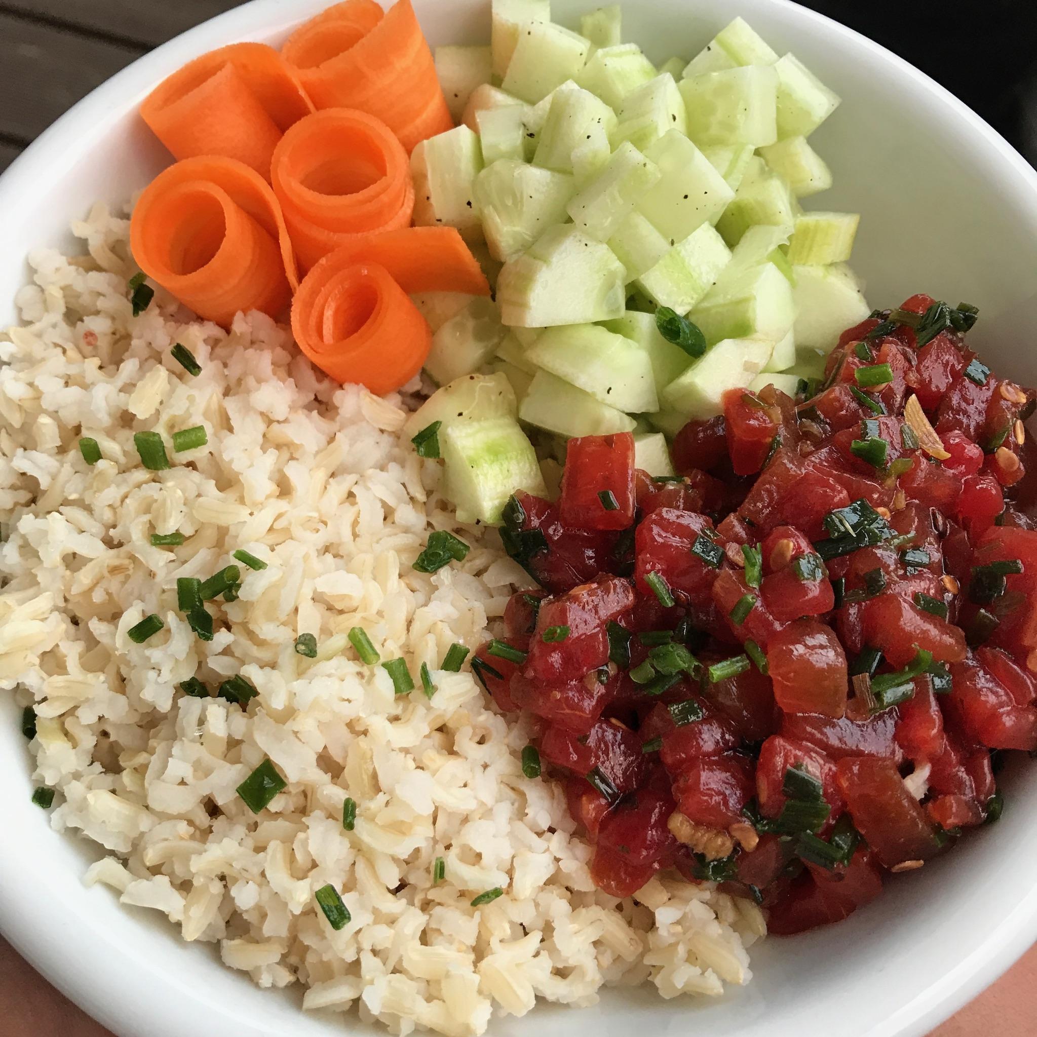 poke bowl met komkommer en wortel