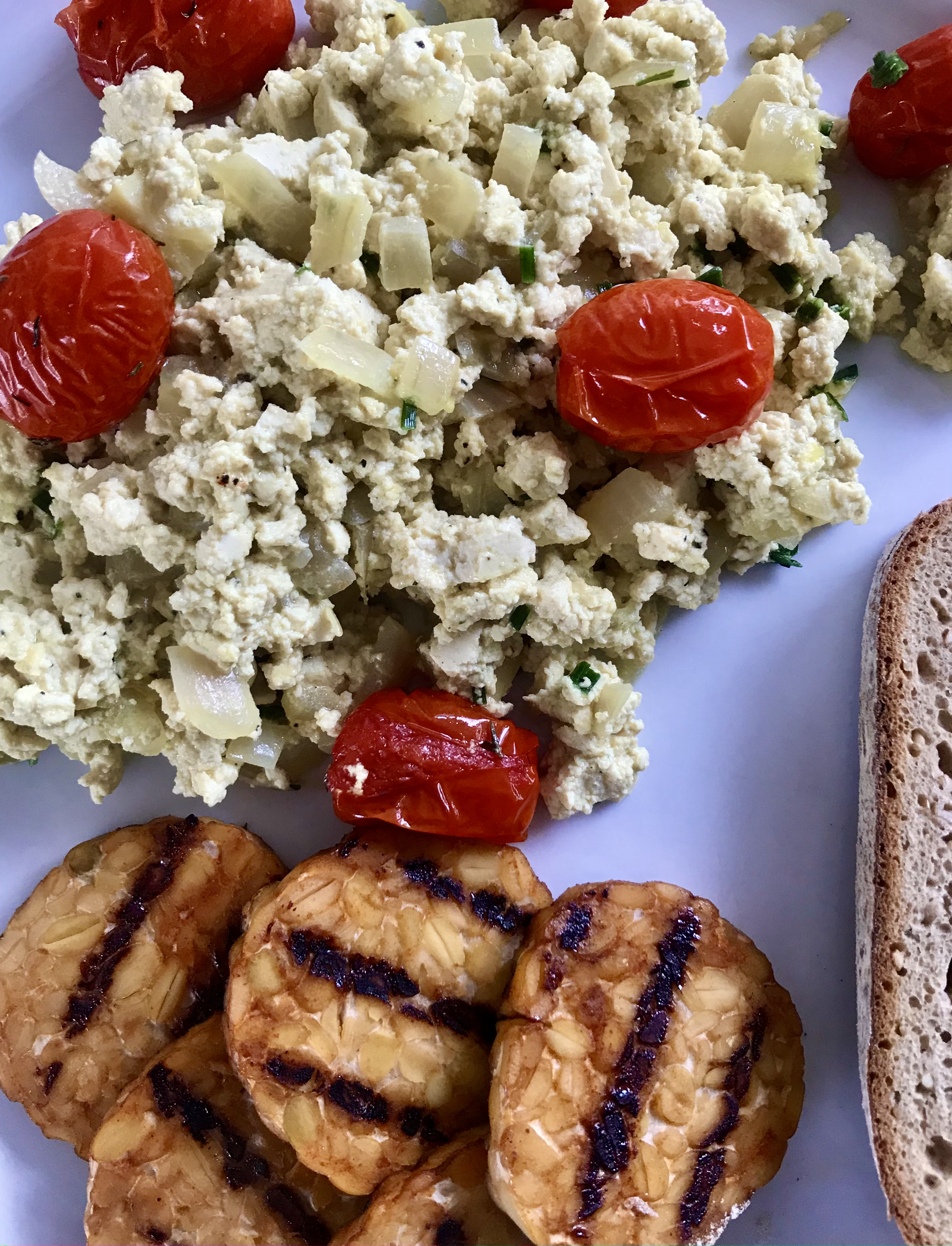 scrambled tofu met gekonfijte tomaat en 'spek'tempeh