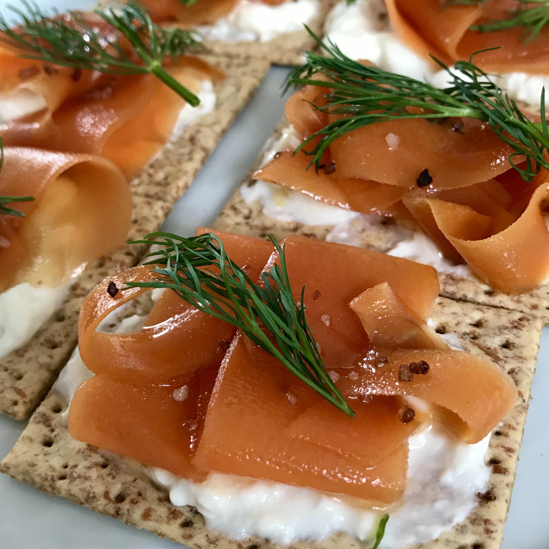 op een cracker met homemade Labneh