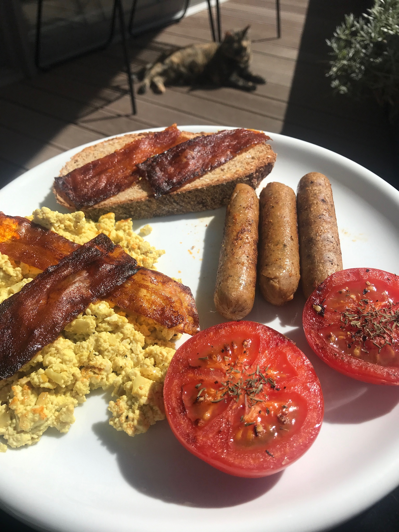 scrambled tofu, tomaten, worstjes en crispy bacon