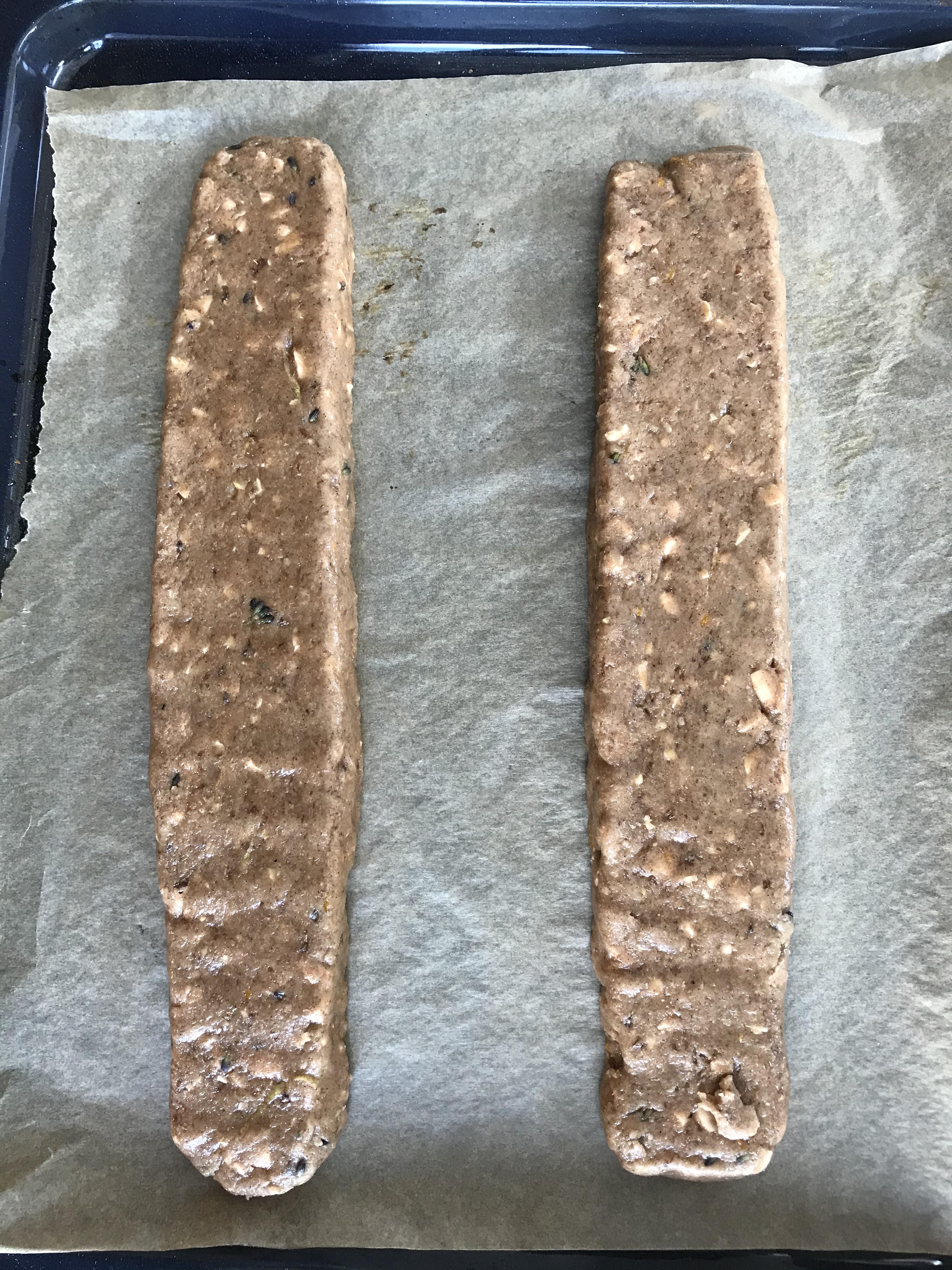 Verdeel het deeg in 2 stukken, vorm en vlak af.