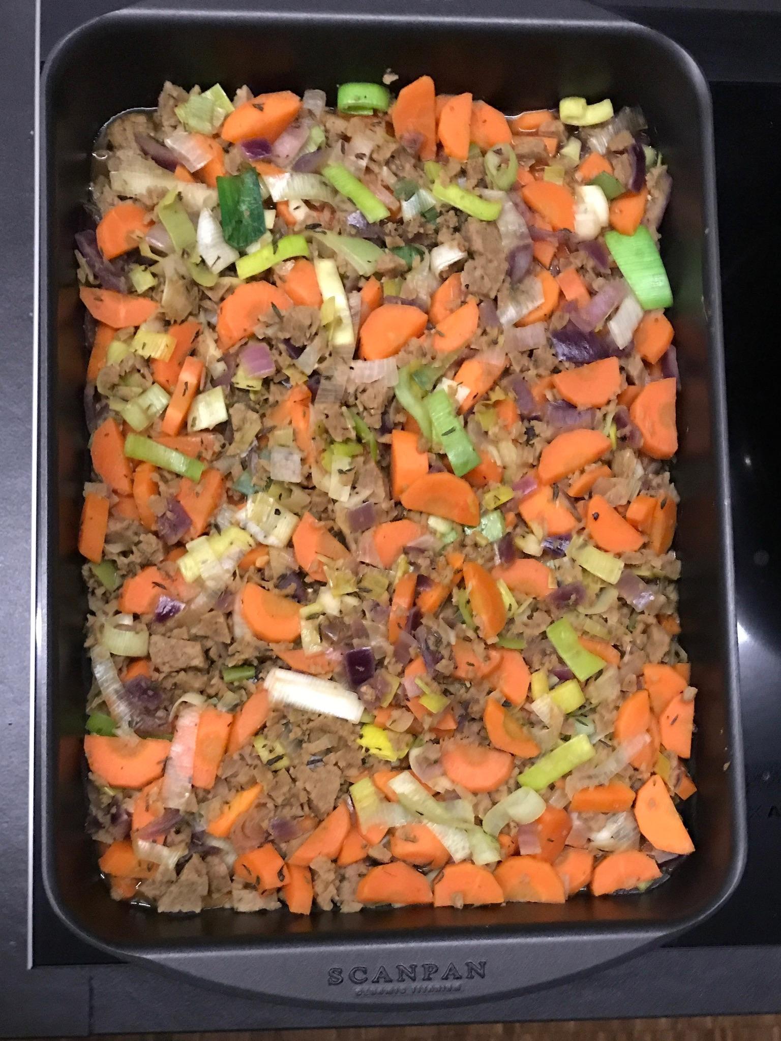 schep de groentjes en het gehakt in een ovenschaal