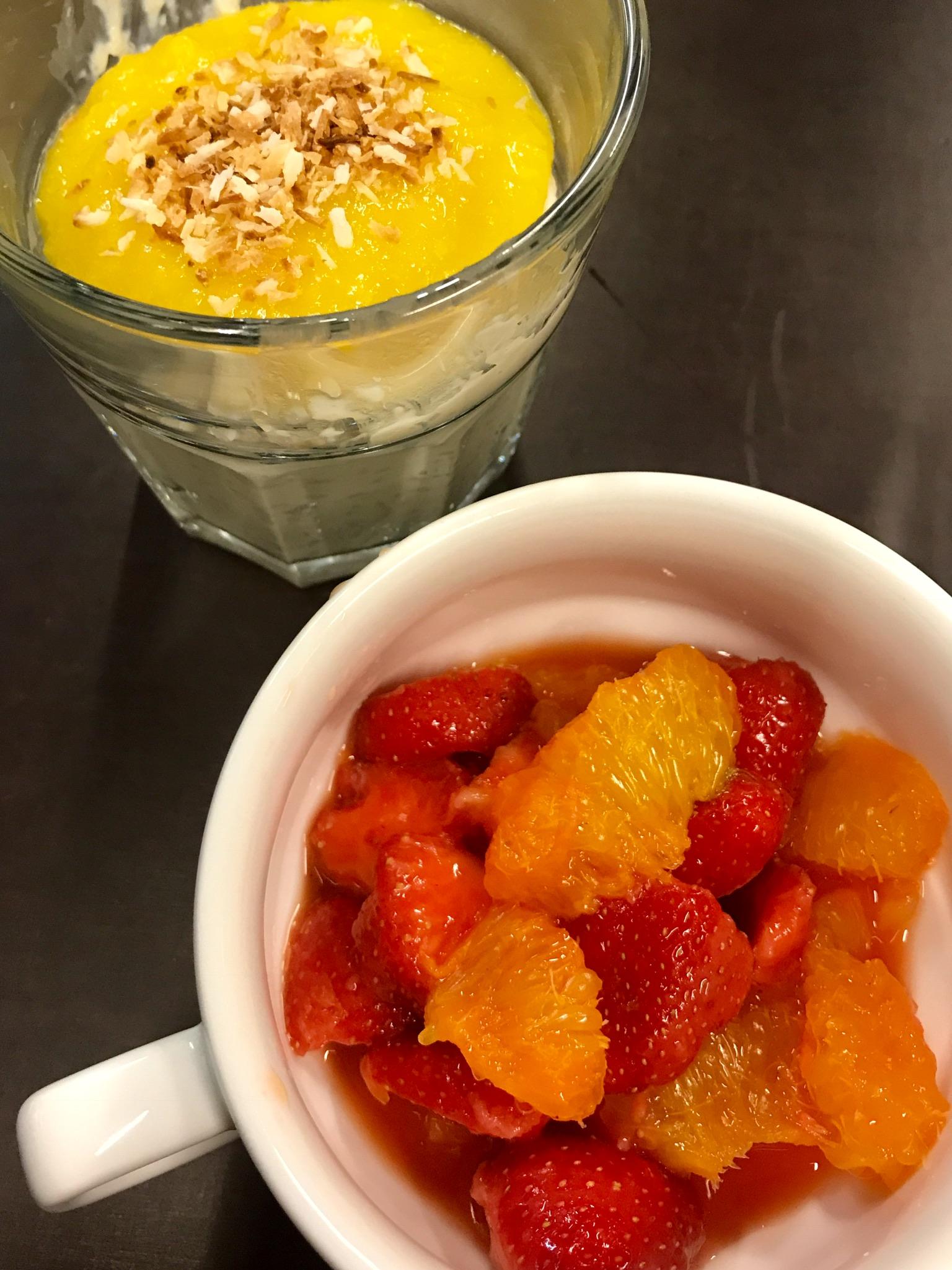 aardbei-sinassalade en kokosrijst met mangopuree