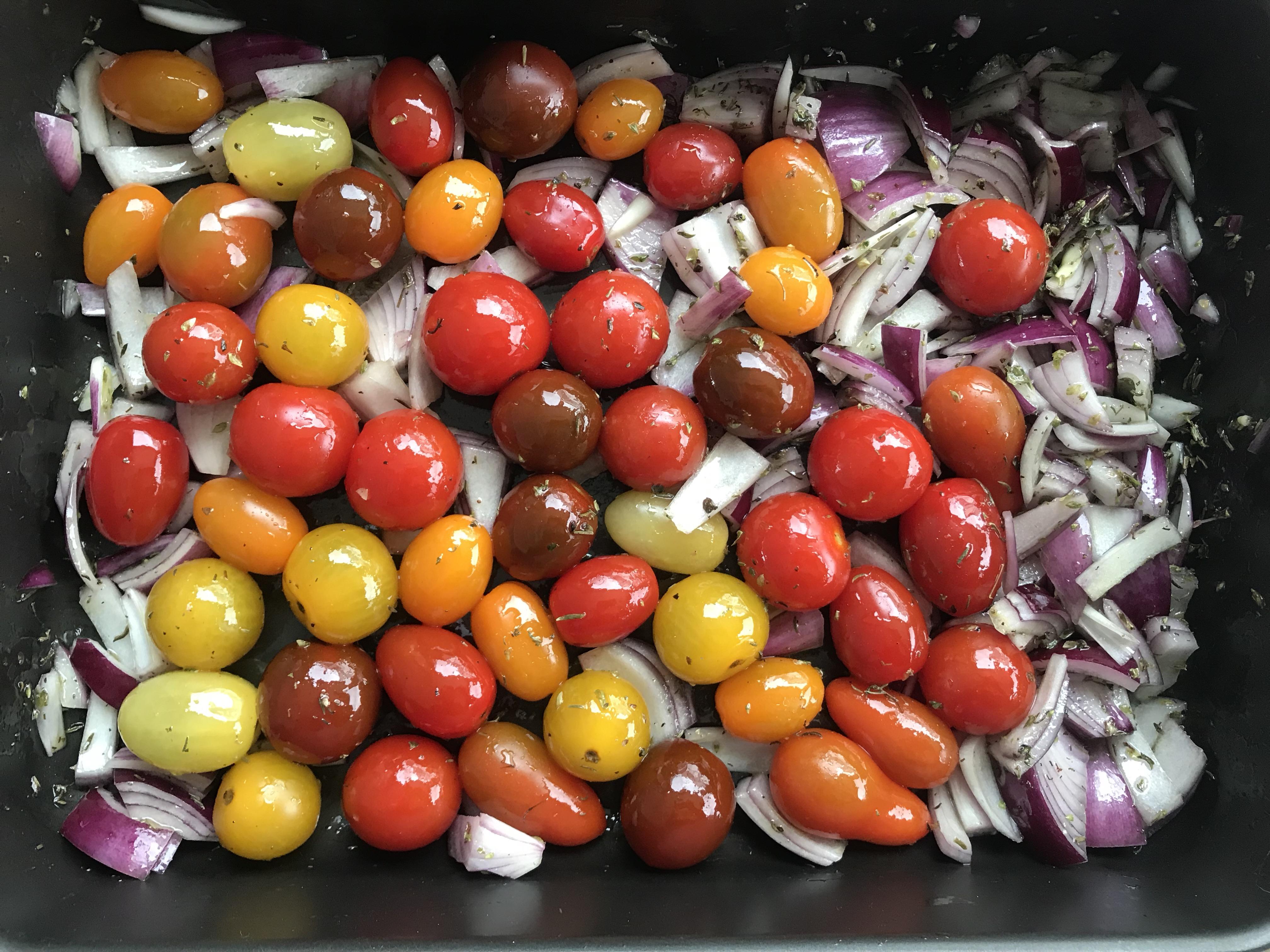 een kleurige mix van tomaatjes en ui