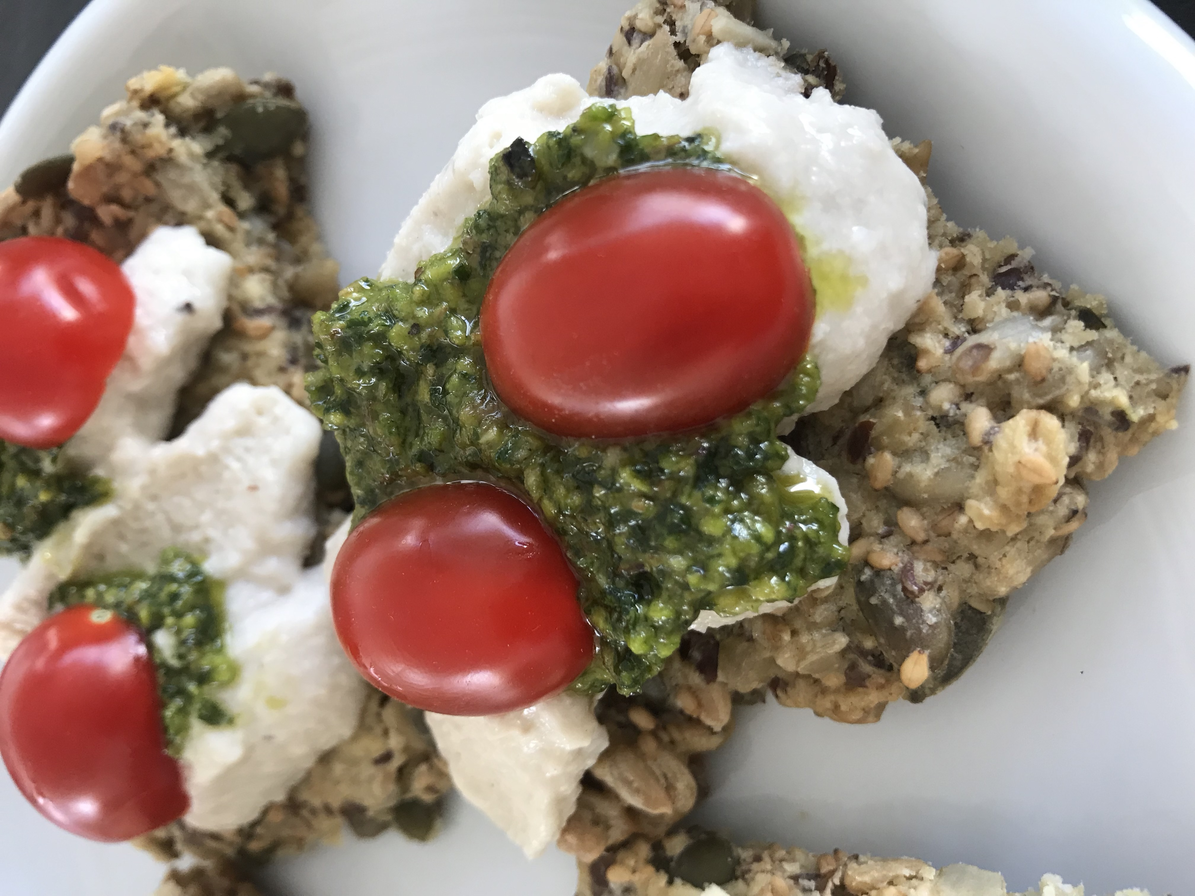 cashewmozzarella, pesto en kerstomaat