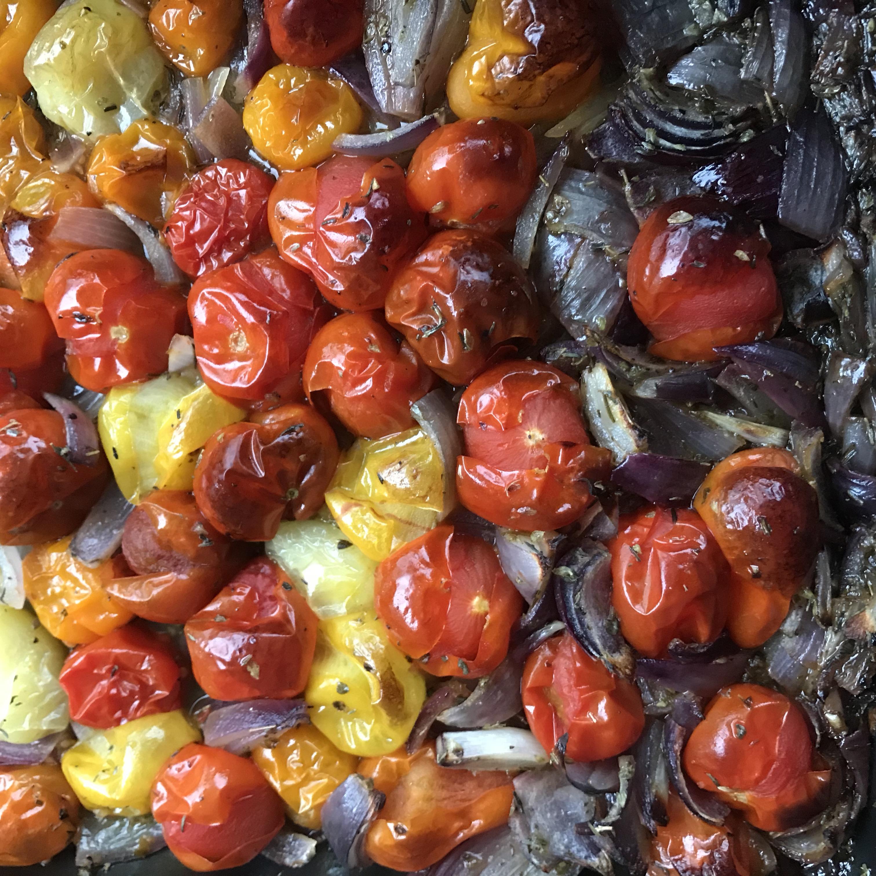 Schep de gebakken tomaatjes erop