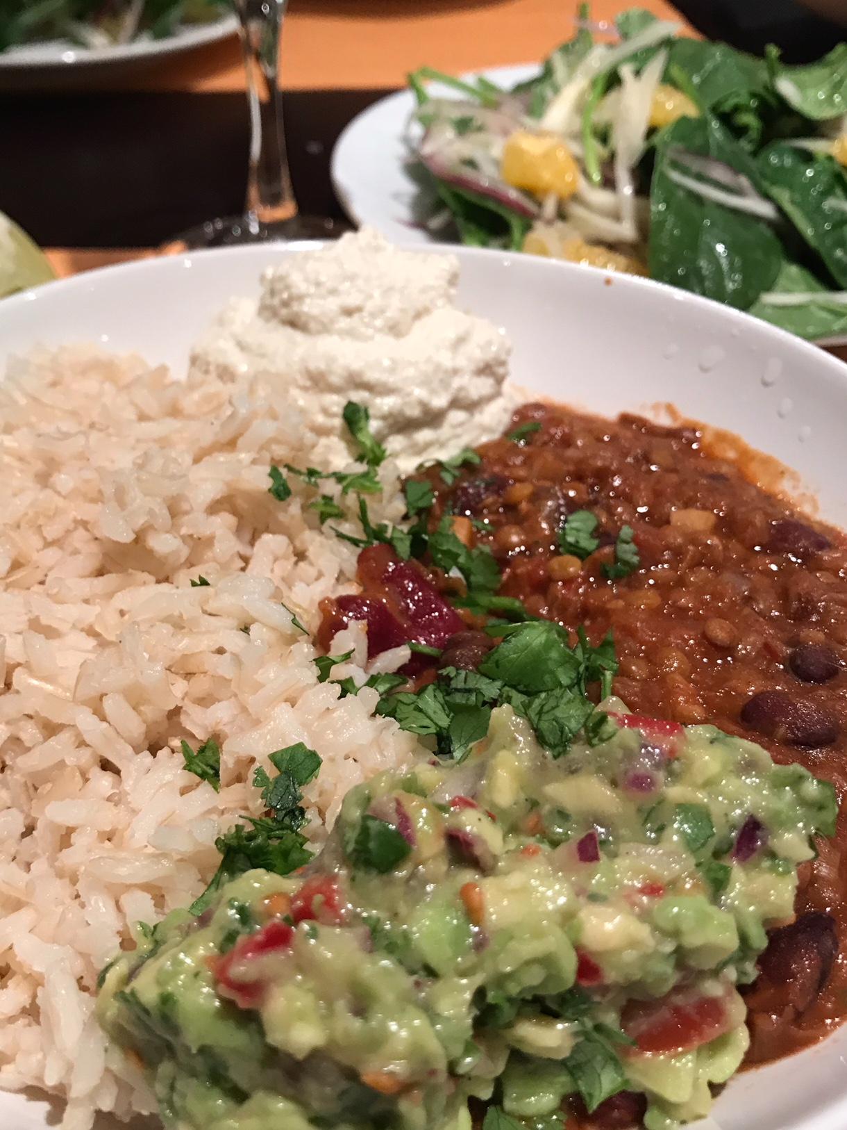chili sin carne met zure room en guacamole