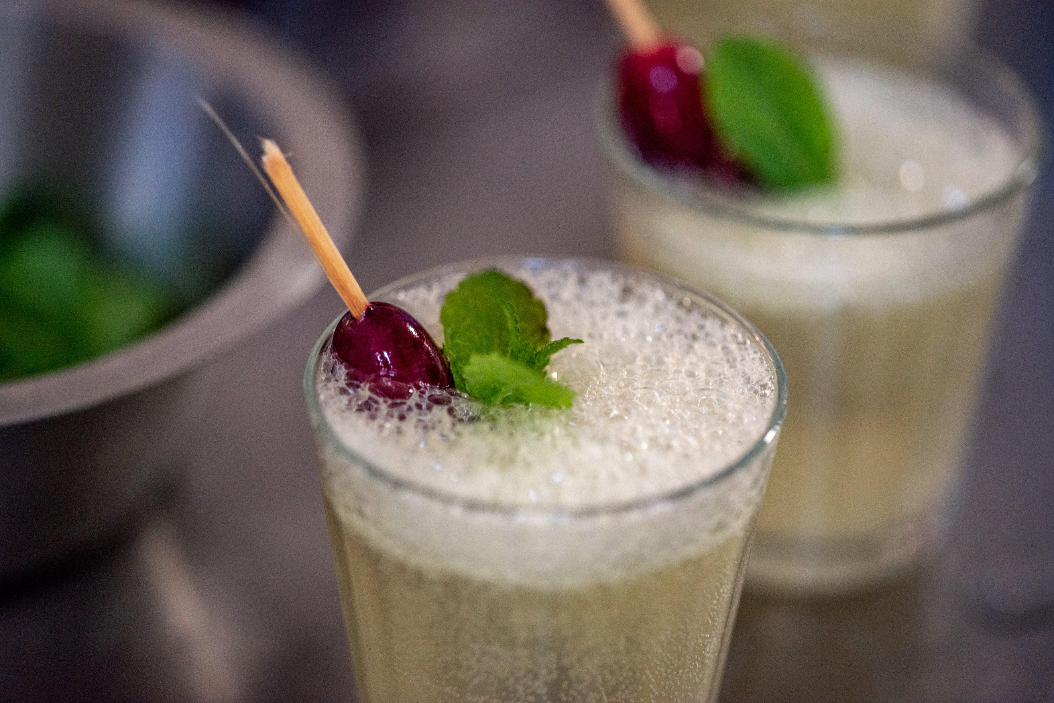 gember-citroen mocktail met bevroren druifjes