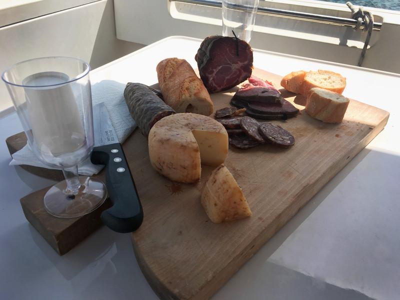 Une planche de charcuterie fromage_sortie privatisée Ajaccio_Petru le bateau
