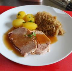 Kassler mit Sauerkraut und Salzkartoffeln