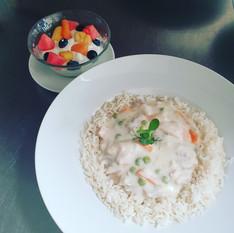 Hühnerfrikasse mit Reis und Quarkspeise mit frischen Früchten