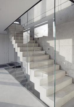 Galerie_Glaswand-Geländer-Betontreppe