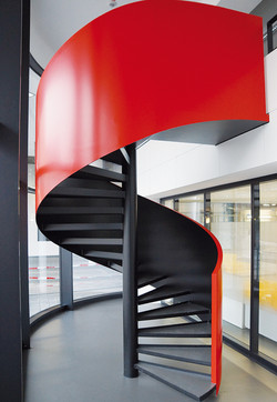 Galerie_Spindeltreppe-Wange-rot