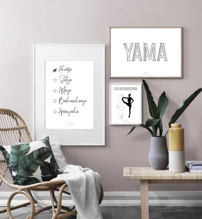 Pared con cuadros de láminas con temática de yoga una mecedora de mimbre y una mesa con jarrones