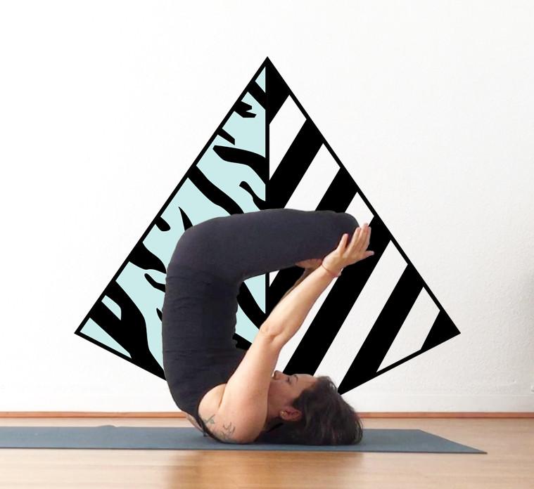 Yiyí Live it Slow Yoga haciendo un asana de yoga urdvha padmasana