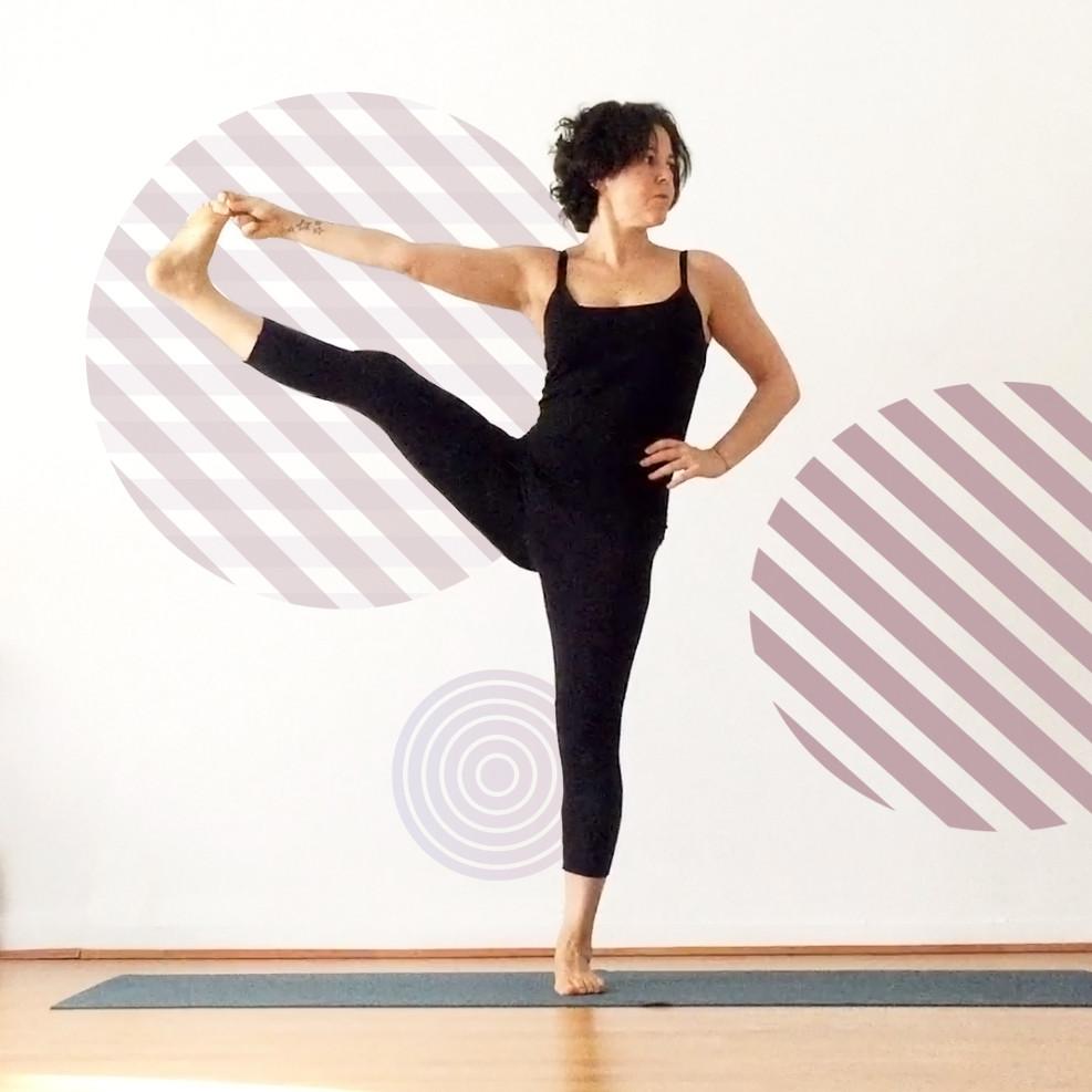 Yiyí Live It slow haciendo una asana de yoga utthita hasta padangustasana