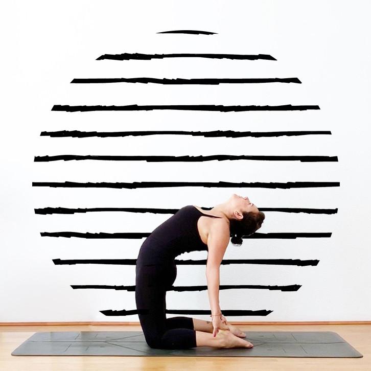 Yiyí Live It Slow haciendo la postura de yoga ustrasana