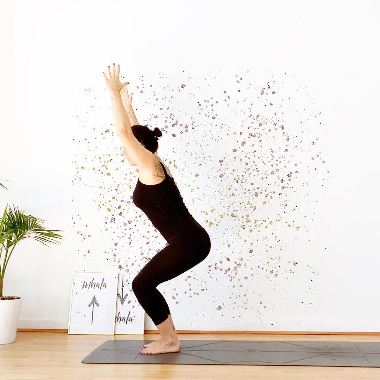 Yiyí Live It slow yoga haciendo la asana utkatasana