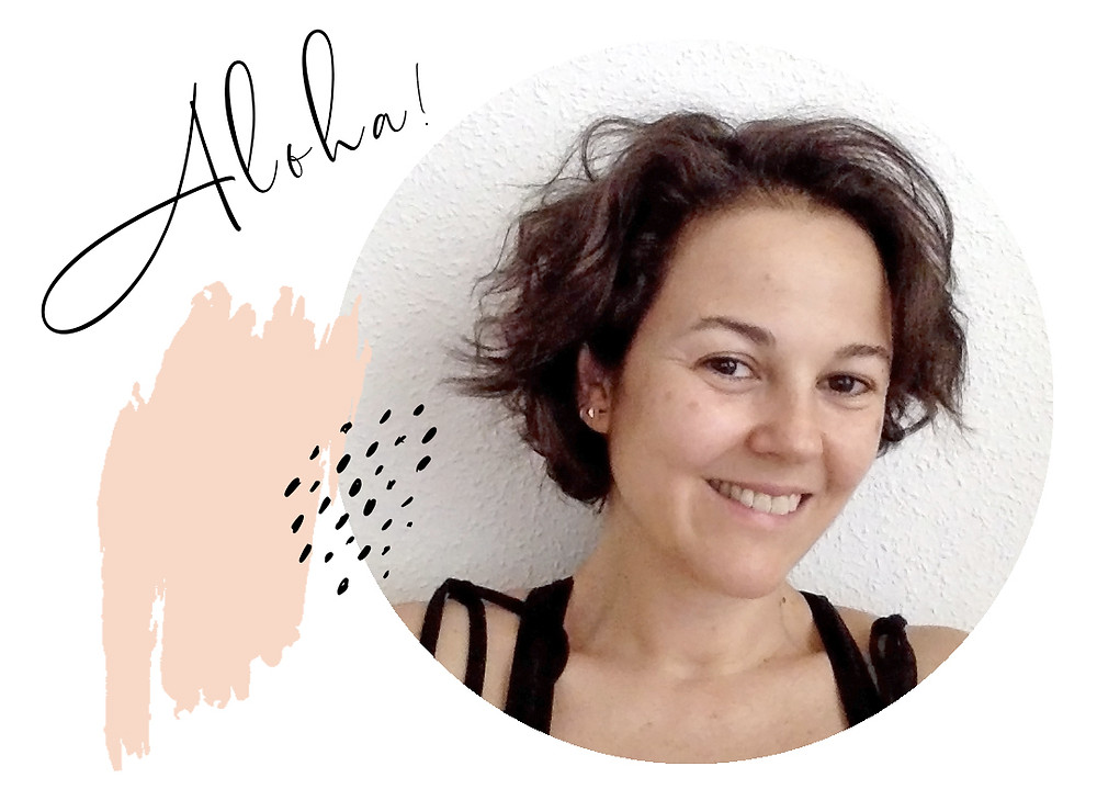 Foto retrato de Yiyí Gutz, Yiyí Live It Slow, con unas manchas de pintura y un texto que dice aloha!