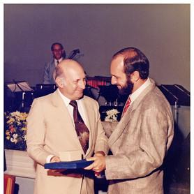 Orvenor Fernandes e Lincoln Fernandes recendo premiação na ACIUB