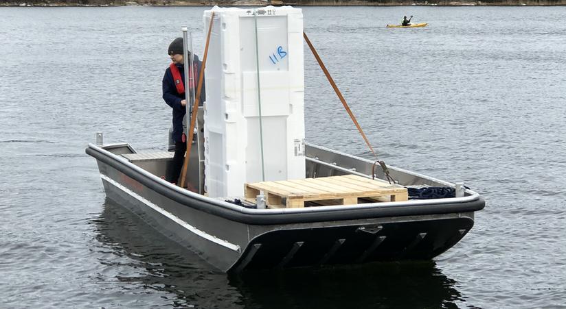 Frakta kylskåp med båt