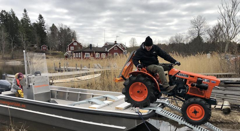 Lasta traktor på båt