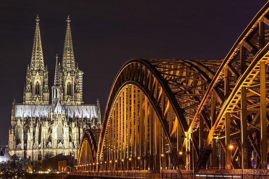Köln,_den_26.01.2016_-_Hohenzollernbrücke_und_Kölner_Dom_-_panoramio.jpg