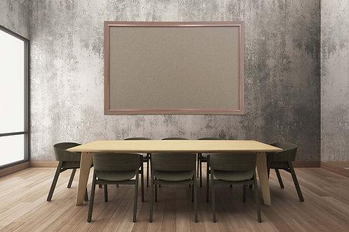 לוח שעם מסגרת חומה תלוי על קיר עם שולחן וכיסאות