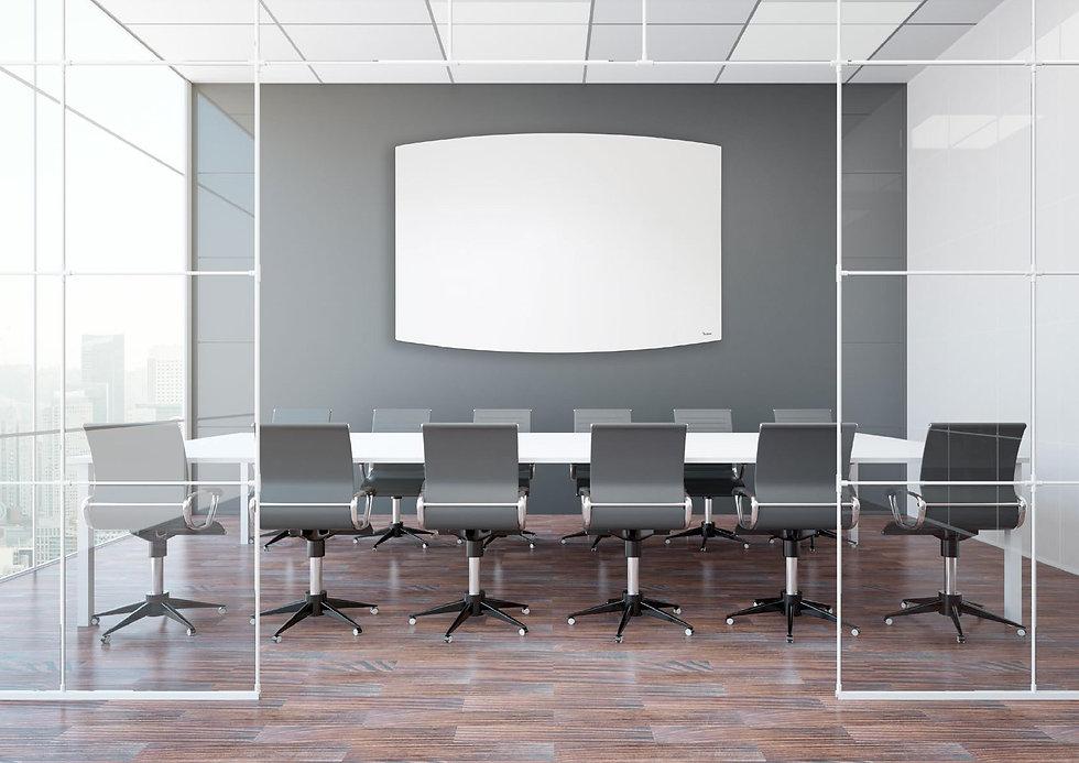 הטרנדים וסגנונות העיצוב החדשים בעולם הלוחות המחקים. מוצג לוח לבן פינות מעוגלות בחדר ישיבות יוקרתי
