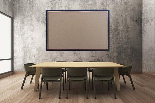 לוח שעם מסגרת שחורה על קיר עם שולחן וכיסאות