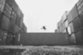 Container-Jump-schwarz-angepasste-mittel