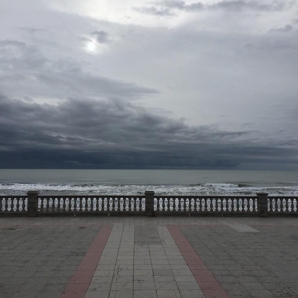 Muro que separa del mar